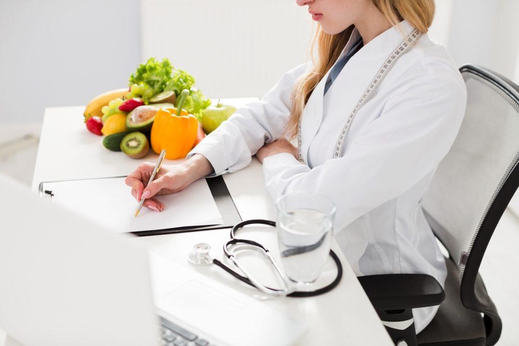 Nutricionista en consultorio nutricional